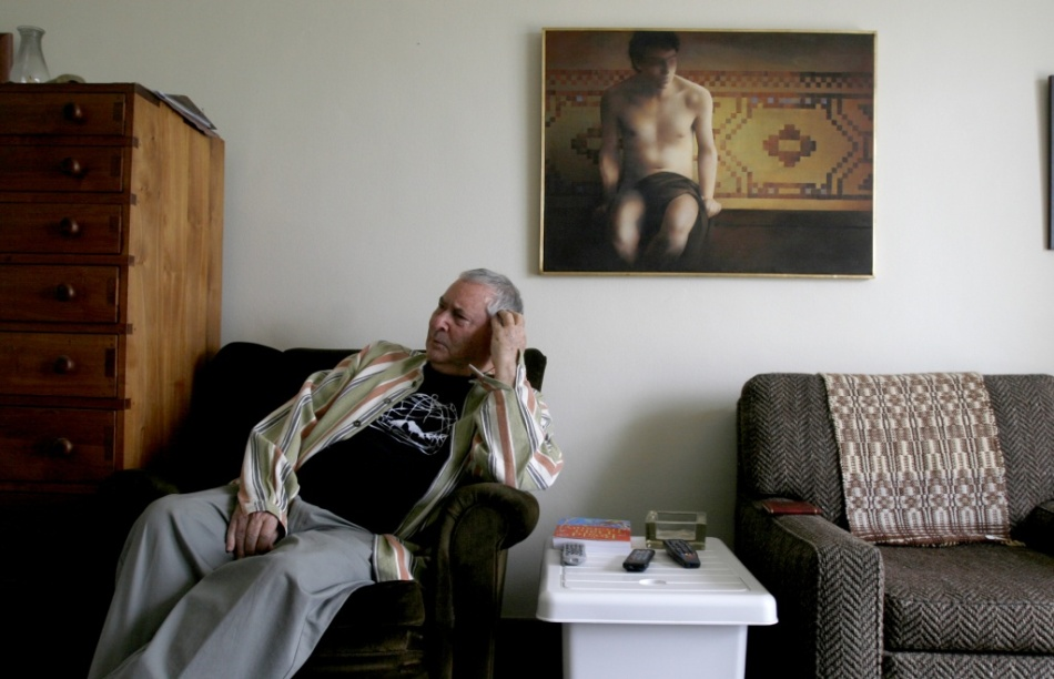 Hennie aucamp in his home in Tamboerskloof, Cape Town. On the wall behind him is a highly valuable painting by the famous, deceased South African artist, Adriaan van Zyl. Adriaan's sister, Dr. Louis Viljoen, lectures in the Department of Afrikaans-Dutch at Stellenbosch University. (Photo: Beeld newspaper archives)