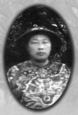 Portrait photograph of the Qing-Dynasty imperial grand eunuch An Dehai.